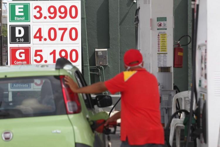 Valor do litro da gasolina em Fortaleza sofreu mais um aumento e passa dos R$ 5,19 (Foto: Fábio Lima / O POVO)