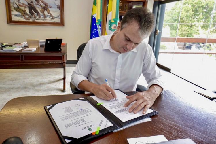 Camilo sancionou lei na tarde desta quarta-feira (24) (Foto: CARLOS GIBAJA/ GOV. DO CEARA)