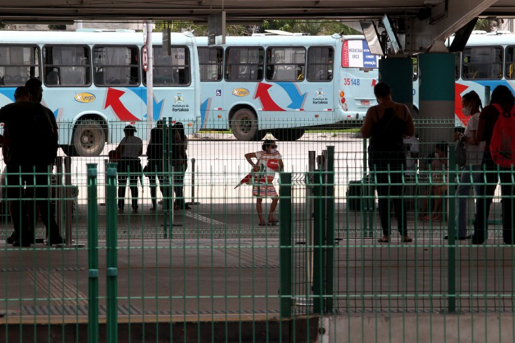 Movimentação no terminal de onibus de Messejana.  (Foto: FABIO LIMA)