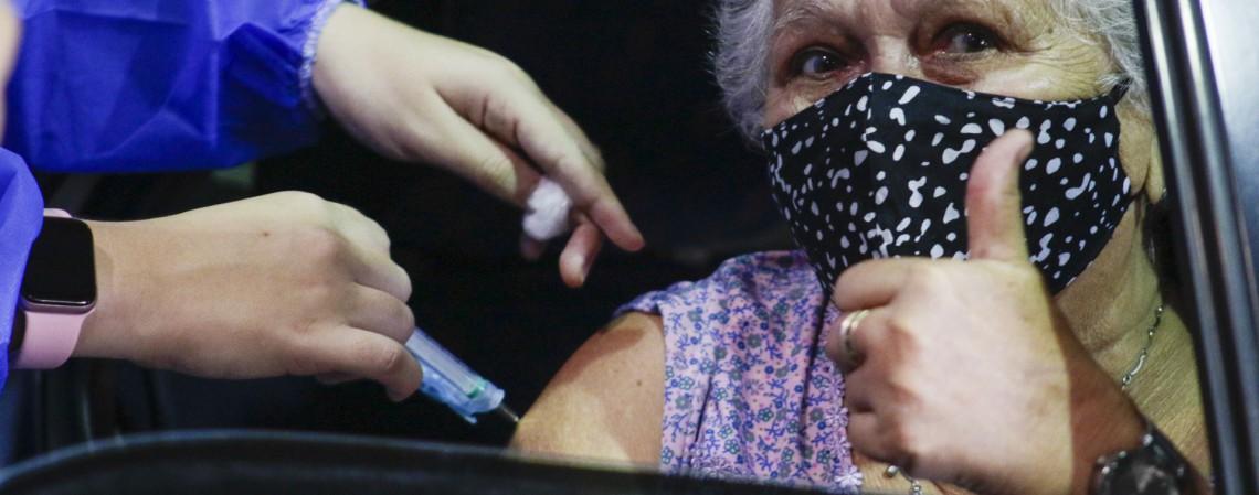FORTALEZA, CE, BRASIL, 25.02.2021:. Maria Lúcia da Paixão, 80 anos, se vacinando contra  Covid-19