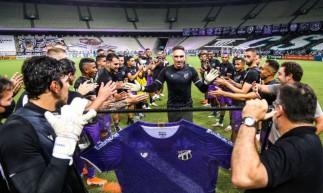 Fernando Prass recebe nova camisa do Ceará e é celebrado pelos jogadores