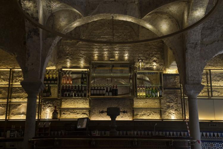 foto tirada em 22 de fevereiro de 2021 em Sevilha mostra o balcão do Bar da Giralda, onde um balneário islâmico do século 12 foi descoberto durante as obras de reforma. (Foto: CRISTINA QUICLER / AFP)