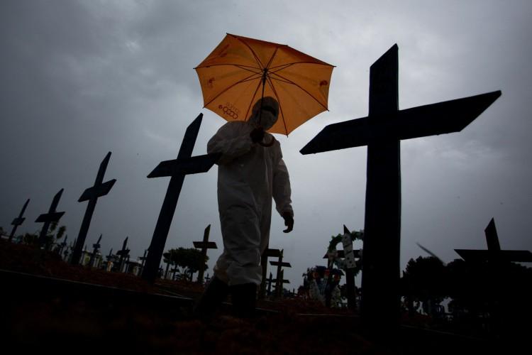 """País viveu ontem o dia considerado mais """"letal"""" da pandemia, quando registrou 3.251 mortes (Foto: MICHAEL DANTAS / AFP)"""