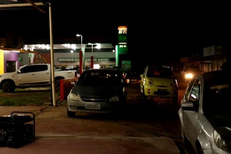 Macapá (Brasil), 8 de novembro (EFE) .- (Imagem: Jhenni Quaresma). O estado brasileiro do Amapá (norte) continuou neste domingo com racionamento de energia após um apagão de cinco dias na região, situação que obrigou a mobilização das Forças Armadas para transportar 51 toneladas de material a fim de minimizar o caos. (Foto: Reuters/EFE/Jhenni Quaresma/Direitos reservados)