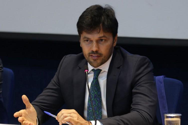 O ministro das Comunicações, Fábio Faria, durante apresentação à imprensa do protótipo de conexão de internet móvel via satélite (Foto: Marcello Casal JrAgência Brasil)