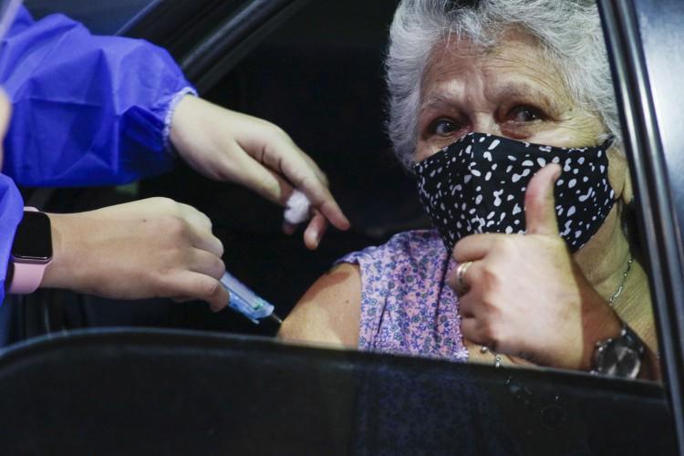 Idosa se vacina contra a Covid-19 em Fortaleza (Foto: Thais Mesquita)