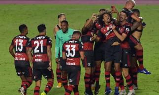 Os jogadores do Flamengo comemoram após vencer o campeonato brasileiro, apesar de perderem a partida final contra o São Paulo no estádio do Morumbi em São Paulo, Brasil, no Morumbi 25 de 2021. (Foto: NELSON ALMEIDA / AFP)