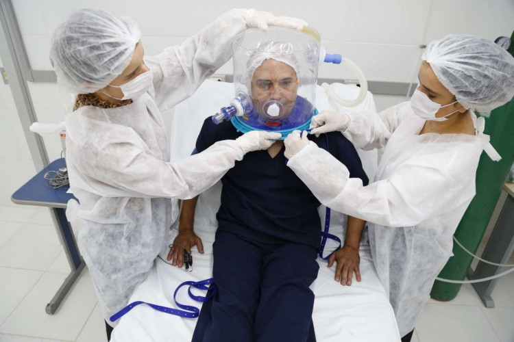 Capacete Elmo sendo utilizado em paciente (Foto: Tatiana Fortes/Governo do Estado do Ceará)