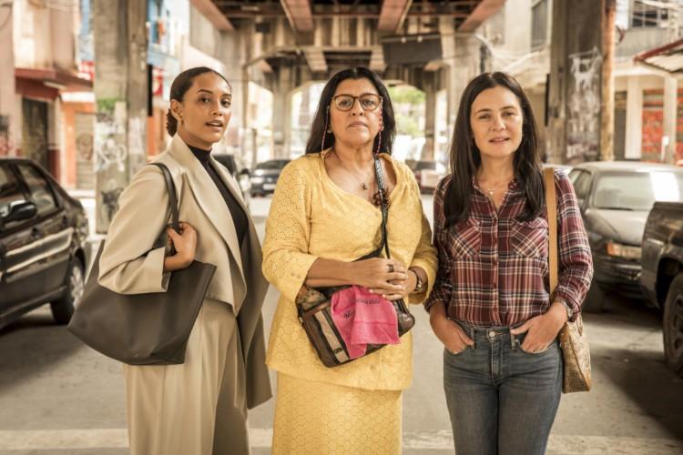 Vitoria (Taís Araujo), Lurdes (Regina Casé) e Thelma (Adriana Esteves) são as protagonistas de Amor de Mãe     (Foto: Globo/João Cotta/DIVULGAÇÃO)