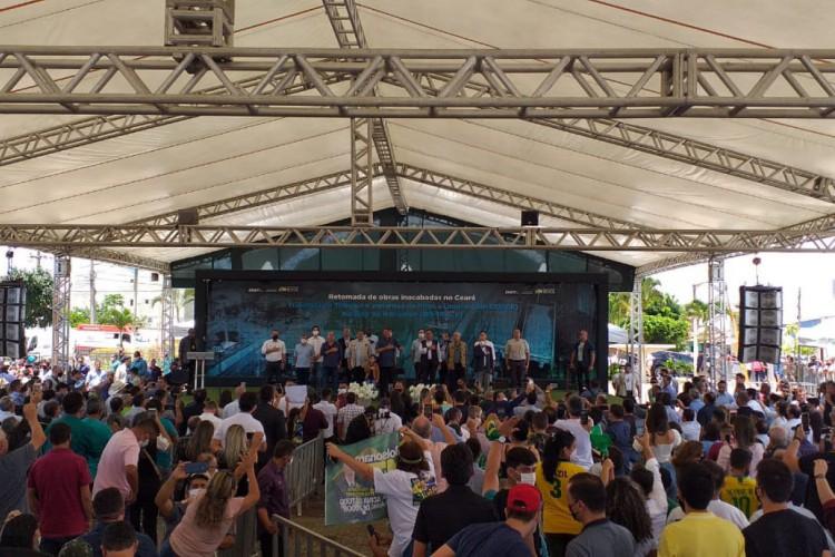 Bolsonaro e comitiva na praça Praça Régis Diniz, em Tianguá (Foto: (Foto:Júlio Caesar / O Povo) )