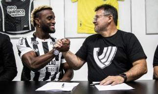 Mendoza assina contrato com o Ceará e posa para foto com o presidente do clube, Robinson de Castro