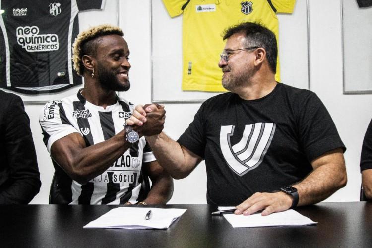 Mendoza assina contrato com o Ceará e posa para foto com o presidente do clube, Robinson de Castro (Foto:  Felipe Santos / cearasc.com)