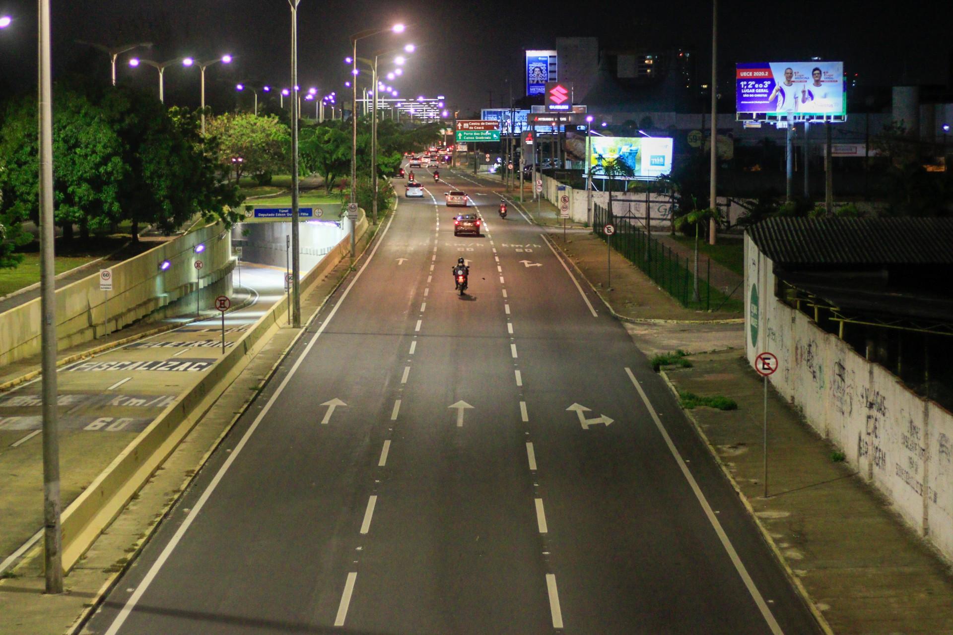 Avenidas em Fortaleza ficaram quase vazias antes mesmo do toque de recolher, às 19h de ontem  (Foto: BÁRBARA MOIRA)