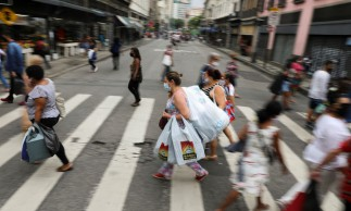 People walk in a popular shopping street before Christmas, amid the coronavirus disease (COVID-19) outbreak, in Rio de Janeiro, Brazil, December 23, 2020. REUTERS/Pilar Olivares