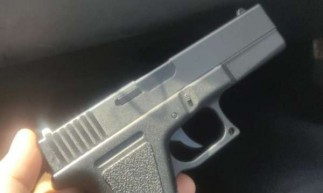 Os suspeitos estavam portando uma arma de fogo falsa durante a abordagem