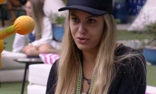Sarah contou para os participantes que parou de seguir Bolsonaro antes de entrar no BBB