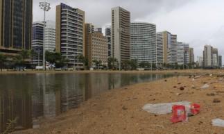 O alagamento de mais cedo se reduziu a faixa de areia, após chuva
