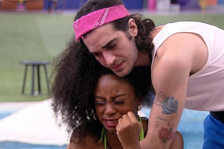 Fiuk consola Lumena enquanto ela chora, na parte externa da casa (Foto: Reprodução Rede Globo)