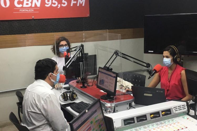 O secretário da Saúde do Estado, Dr Cabeto, está ao vivo na Rádio O POVO CBN (Foto: Thaís Mesquita)