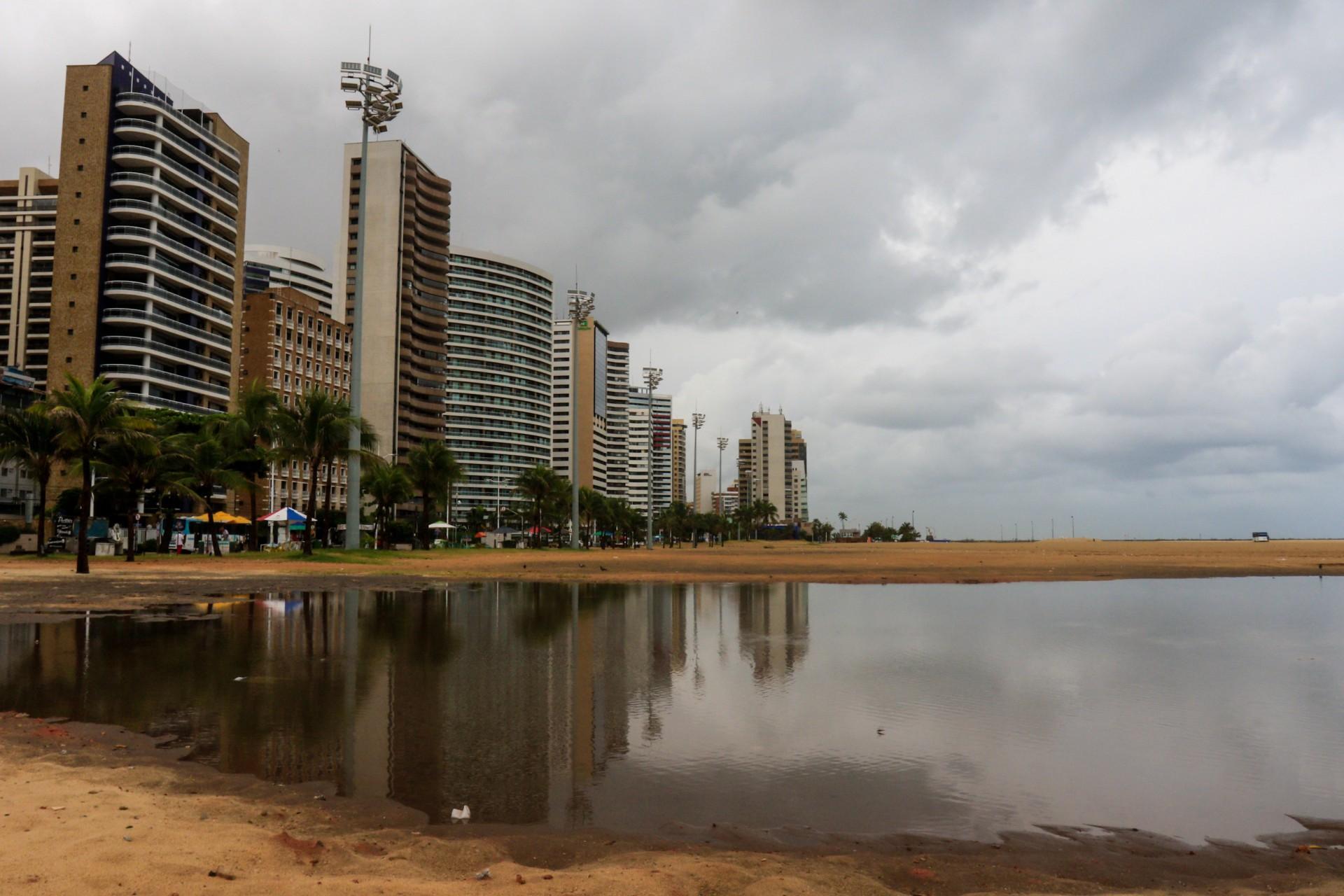 PARTE da avenida Beira Mar ficou alagada na manhã de ontem