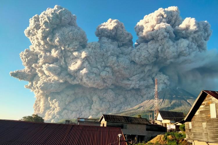 O Monte Sinabung expele cerca de 5.000 metros de altura de cinzas quentes no céu visto de Karo, Sumatra do Norte em 2 de março de 2021 (Foto: AFP)