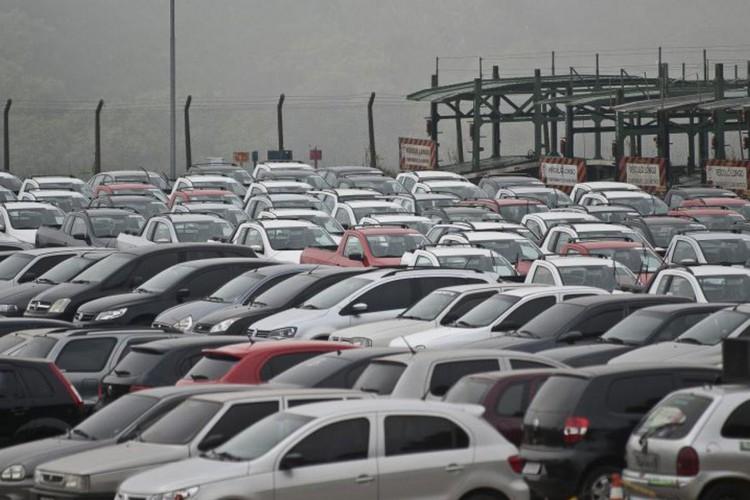 Emplacamento de automóveis e de veículos leves tem queda de 17,85% (Foto: )