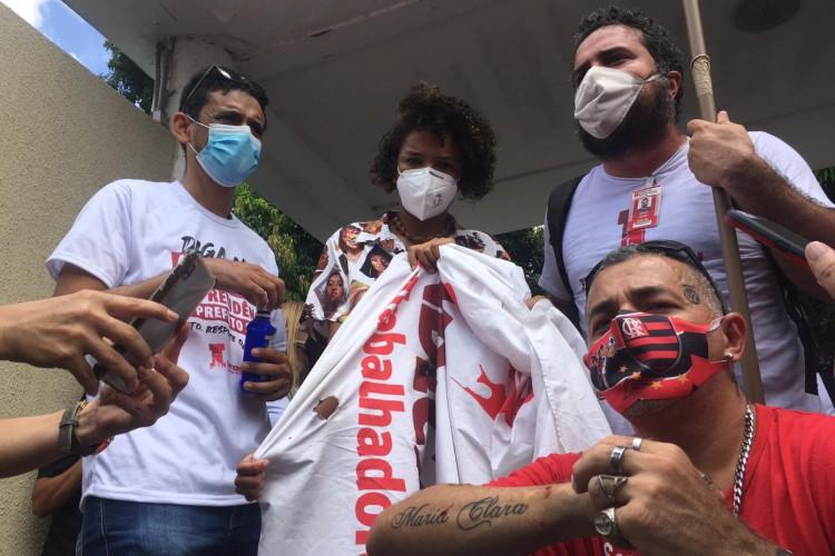 Vereadora Adriana Gerônimo, do coletivo Nossa Cara (Psol) tenta mediar tensões com manifestantes junto a outros vereadores da Câmara de Fortaleza (Foto: Foto: Thais Mesquita)