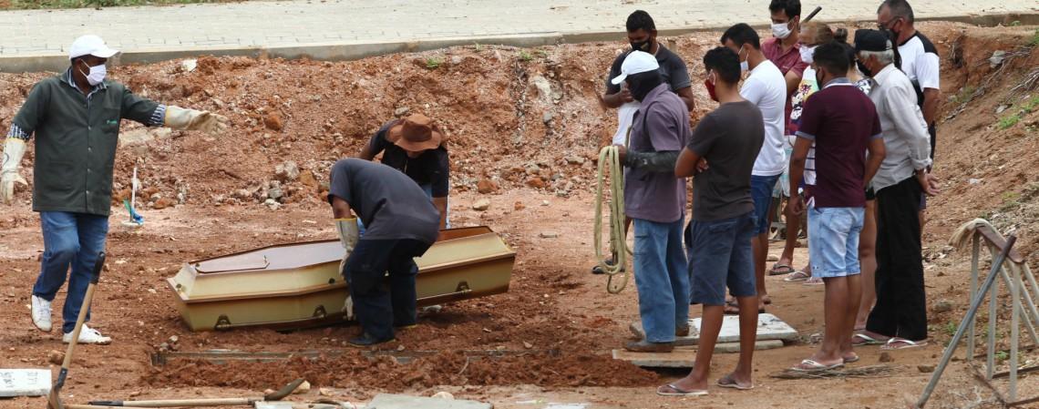 Sepultamento no cemitério do Bom Jardim (Foto: FABIO LIMA)