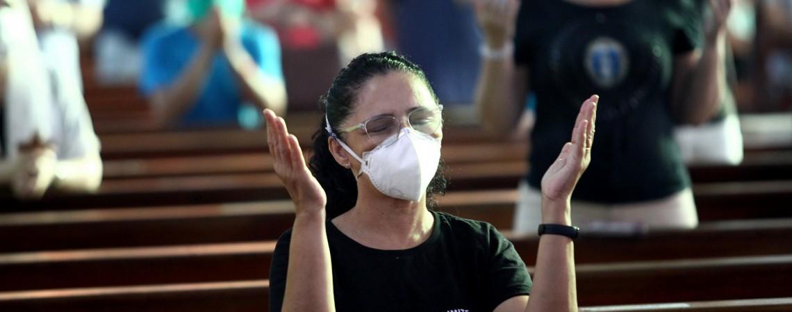 Missas católicas durante a pandemia. Igreja de Fátima.  (Foto: Fabio Lima/O POVO)