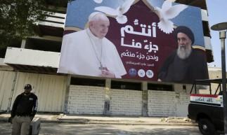 Um outdoor gigante exibe retratos do Papa Francisco e do Grande Aiatolá Ali Sistani em Bagdá em 3 de março de 2021, antes da primeira visita papal ao Iraque