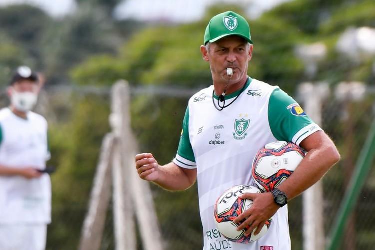 Cotado em grandes equipes do futebol brasileiro, incluindo o Santos, o Presidente do América garantiu a permanência de Lisca, ex-Ceará (Foto: América-MG/ Divulgação)