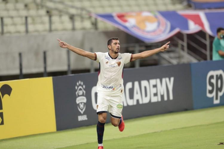 Bruno Melo comemora gol da vitória do Fortaleza diante do CRB (Foto: Júlio Caesar / O POVO)