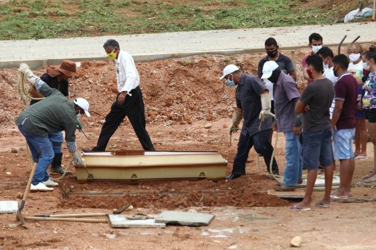 Sepultamento no cemitério Bom Jardim, localizado em Fortaleza, no Ceará, em março de 2021 (Foto: FABIO LIMA)