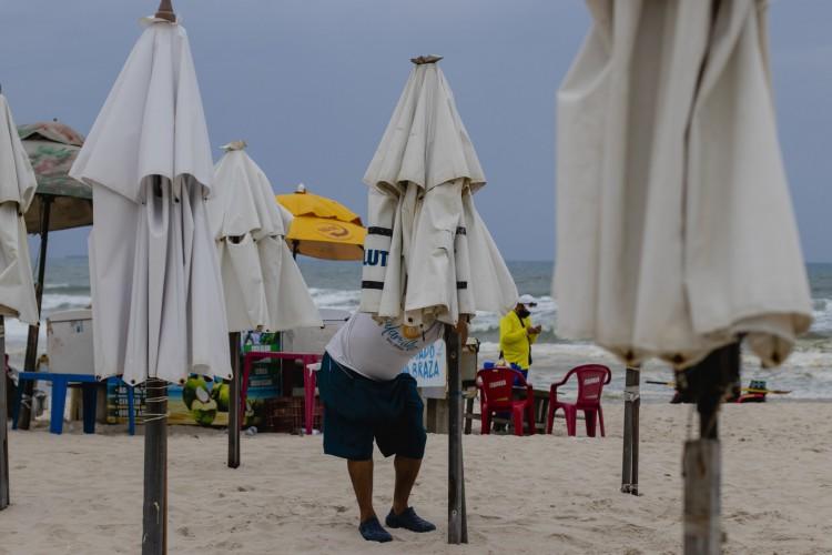 Atualmente, 70% dos funcionários das barracas de praia estão de férias. Se reabertura não vier em 15 dias, demissões devem ocorrer, diz presidente da Associação de Empresários da Praia do Futuro. (Foto: Aurelio Alves)