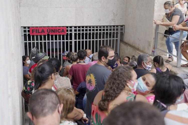 Aglomerações puderam ser vistas um dia antes do lockdown em Fortaleza (Foto: (Foto: Júlio Caesar))