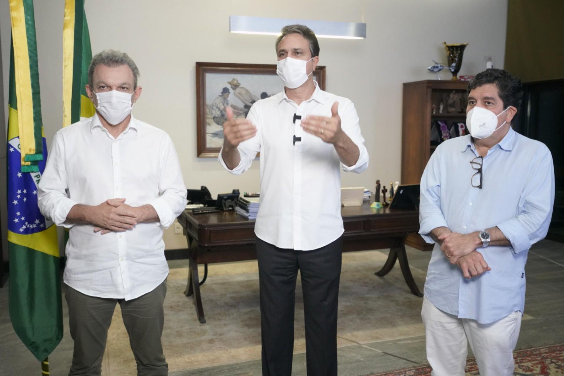 PREFEITO José Sarto, governador Camilo Santana e secretário da Saúde, Dr. Cabeto, anunciaram lockdown ontem (Foto: Divulgação Governo do Estado)