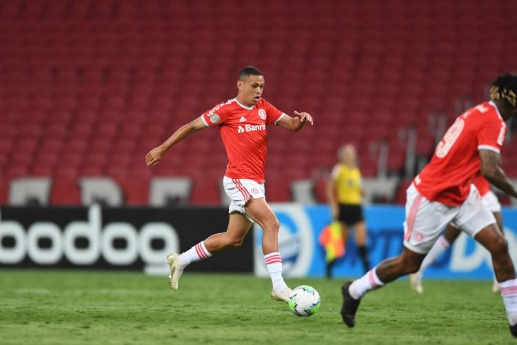 Atacante Marcos Guilherme com a bola no jogo Internacional x Goiás, no Beira-Rio, pelo Campeonato Brasileiro Série A (Foto: Ricardo Duarte/Internacional)