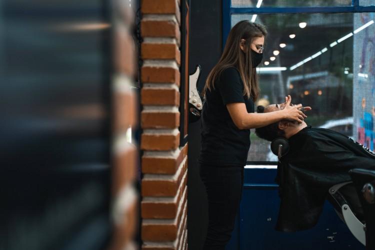 Jéssica Aquino Lobão, barbeira na Sr. Barbeiro (Foto: Eduardo Abreu/DIVULGAÇÃO/SR. BARBEIRO)