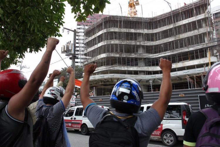 Trabalhadores da construção civil de Fortaleza e Região Metropolitana realziam protesto cobrando melhores condições de trabalho e pedindo prioridade na vacinação contra Covid-19 (Foto: Fabio Lima)