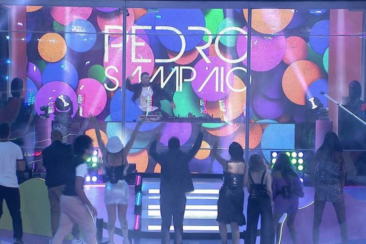 """Festa no """"BBB21"""" começou com apresentação de Pedro Sampaio e ainda contará com Lexa e Luísa Sonza (Foto: Reprodução/Rede Globo)"""