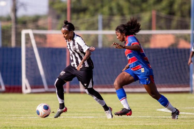 Jogadoras disputam a bola no Clássico-Rainha entre Fortaleza x Ceará, no CT Ribamar Bezerra, pelo Campeonato Cearense Feminino (Foto: Pedro Chaves/cearasc.com)