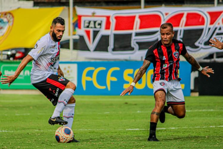 Jogadores disputam a bola no jogo Ferroviário x Caucaia, no estádio Franze Moraes, em Itaitinga, pelo Campeonato Cearense (Foto: Lenilson Santos/Ferroviário)