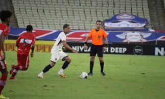 Meia Luiz Henrique em partida da Copa do Nordeste de 2021