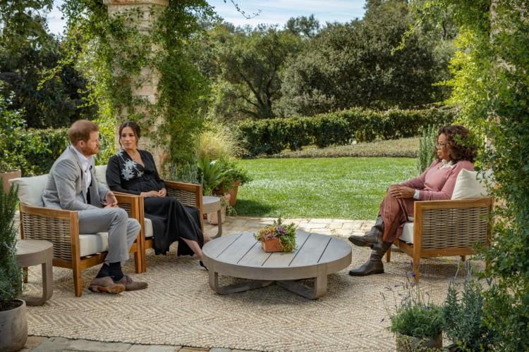 Príncipe britânico Harry e sua esposa Meghan, duquesa de Sussex, em uma conversa com a apresentadora de televisão americana Oprah Winfrey (Foto: Joe PUGLIESE / HARPO PRODUCTIONS / AFP)
