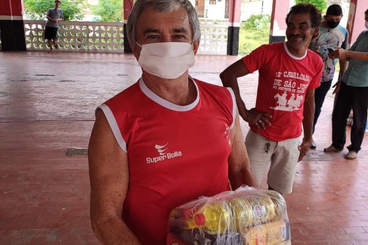 O Sindimuce também distribuiu cestas básicas em outros municípios cearenses, como Quixadá e Paracuru. Na foto, ação realizada em junho de 2020 em Quixadá pelo sindicato.  (Foto: Sindimuce/Divulgação)