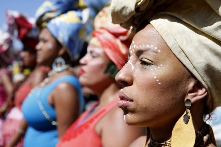 Rio de Janeiro - Mulheres marcham em Copacabana para celebrar dia da Mulher Negra Latino-americana e Caribenha durante a 3ª Marcha das Mulheres Negras no Centro do Mundo (Tânia Rêgo/Agência Brasil) (Foto: Tânia Rêgo/Agência Brasil)
