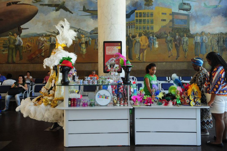 Quiosque Butique de Carnaval vende produtos oficiais das escolas de samba,produzidos por artesãos da Associação de Mulheres Empreendedoras do Brasil, no saguão do Aeroporto Santos Dumont (Fernando Frazão/Agência Brasil) (Foto: Fernando Frazão/Agência Brasil)