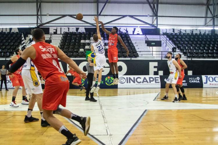 Blackstar/Unisociesc vence Vila Nova/AEGB pelo Brasileiro de basquete (Foto: DIEGO MARANHAO)