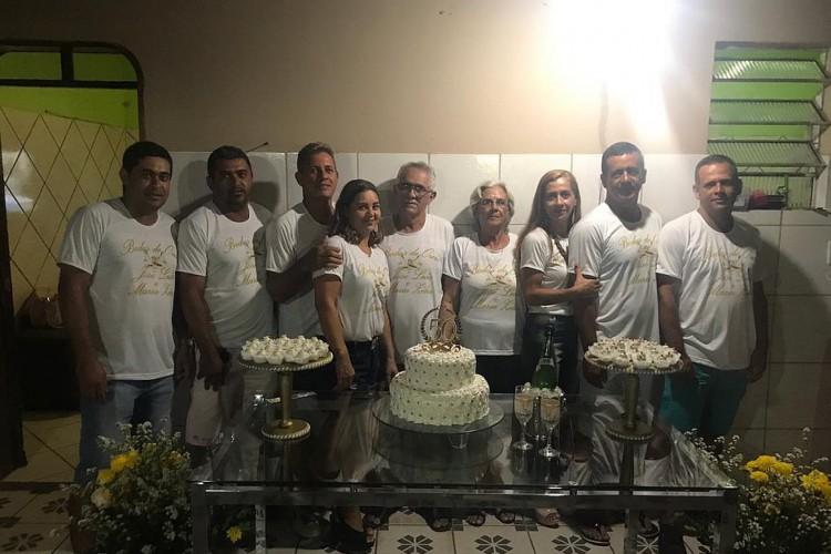 Pai, mãe e sete filhos durante comemoração de bodas de ouro do casal, em 2018; a foto tem sido usada como referência desde a primeira morte (Foto: Arquivo pessoal)