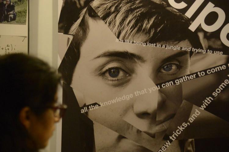 Exposição em homenagem a Maryam Mirzakhani (1977-2017), única mulher a ganhar a Medalha Fields, maior honraria da Matemática, durante o Encontro Mundial para Mulheres em Matemática (WM)², no Riocentro. (Foto: Tânia Rêgo/Agência Brasil)